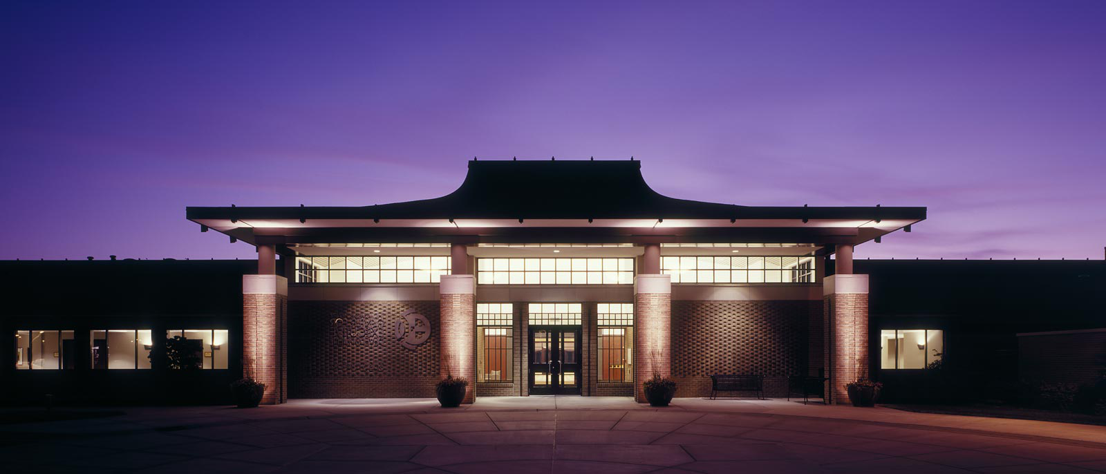 Photo of the front entrance to the James B. 亨利中心的行政发展 at dusk.